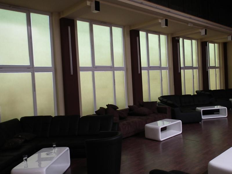 glasfolien selbstklebend f r ihre fenster t ren und glasscheiben bieten einen optimalen. Black Bedroom Furniture Sets. Home Design Ideas